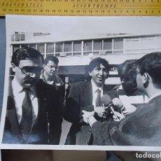 Fotografía antigua: ANTIGUA FOTOGRAFIA JUADOR DE FUTBOL CADIZ MAGICO GONZALEZ HABLANDO PARA LA PRENSA 20 X 25 . Lote 152958422