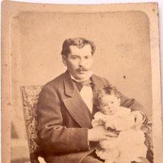 Fotografía antigua: ALBUMINA FOTO SOBRE CARTON 1900 CABALLERO CON BIGOTE POSANDO CON BEBE TRAJE Y PAJARITA. Lote 62737088