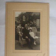 Fotografía antigua: FAMILIA POSANDO, ESTUDIO VERA - SANTIAGO, AÑO 1919. Lote 62805072