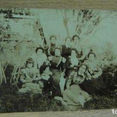 Fotografía antigua: AMIGAS EN EL JARDIN. Lote 63718567