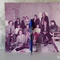 Fotografía antigua: FOTOGRAFÍA FELIPE GONZÁLEZ EN LA BODEGUILLA DE LA MONCLOA. Lote 65927270