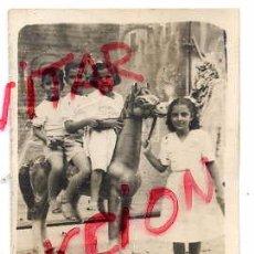 Fotografía antigua: VILASECA 1949 FOTO NIÑOS CON CABALLO CARTON FERIA 6 X 8 CM.. Lote 66145878