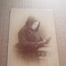 Fotografia antica: FOTOGRAFIA DE MUJER REZANDO POR SU HIJO/A MUERTO - SIGLO XIX - FOTO L. SANCHEZ - VALENCIA. Lote 67885401