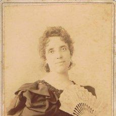 Fotografía antigua: FOTO CABINET RETRATO DE DAMA CON ABANICO.DEDICADA. 28 JUNIO 1897. RETALHALEU.GUATEMALA.. Lote 68631557