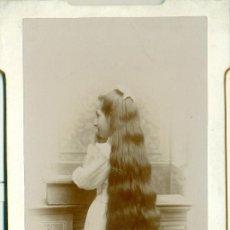 Fotografía antigua: NIÑA CON UNA LARGA CABELLERA. HACIA 1890. GRAN TAMAÑO.. Lote 68631697