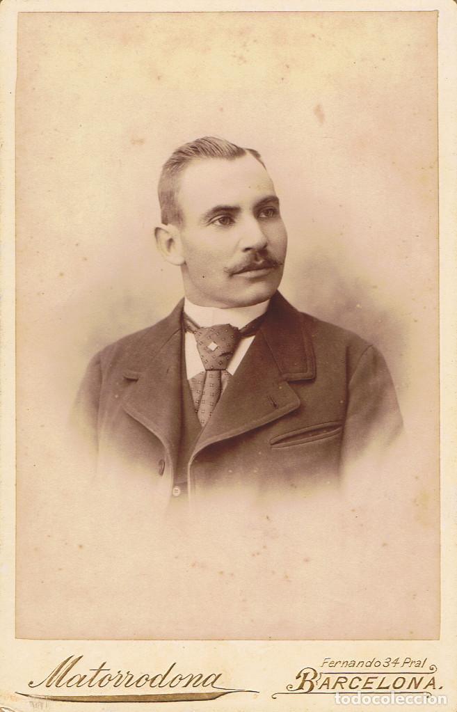 FOTO CABINET. RETRATO DE TORSO DE CABALLERO. CA.1890-1895. FOT.: M.MATORRODONA. BARCELONA (Fotografía Antigua - Albúmina)