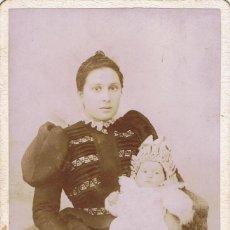 Fotografía antigua: FOTO CABINET. RETRATO DE SEÑORA CON BEBÉ A LOS 4 MESES. 1898. FOT.: J. OCAÑA. BARCELONA.. Lote 68667025