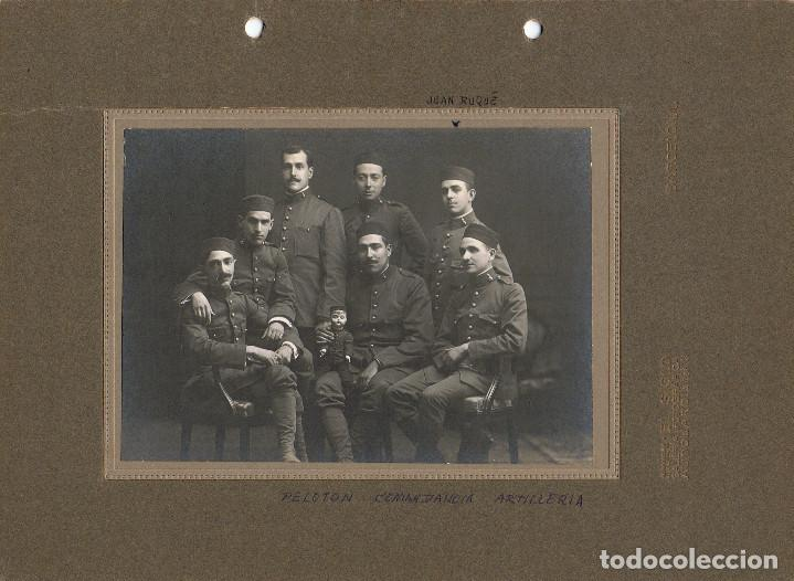 FOTO GRUPO PELOTON ARTILLERIA CON MUÑECO MASCOTA MILITAR.CA.1915. FOT.: EL SIGLO.BARCELONA. (Fotografía Antigua - Albúmina)