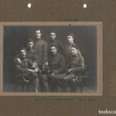 Fotografía antigua: FOTO GRUPO PELOTON ARTILLERIA CON MUÑECO MASCOTA MILITAR.CA.1915. FOT.: EL SIGLO.BARCELONA.. Lote 69816217