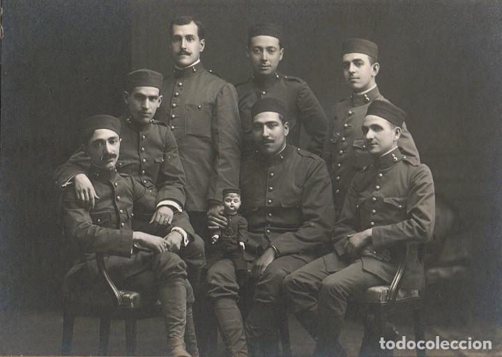Fotografía antigua: FOTO GRUPO PELOTON ARTILLERIA CON MUÑECO MASCOTA MILITAR.CA.1915. FOT.: EL SIGLO.BARCELONA. - Foto 2 - 69816217