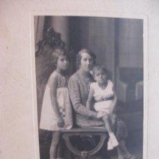 Fotografía antigua: FOTO ESTUDIO DE JOVEN MADRE CON HIJOS. DE DUARTE , OVIEDO . AÑOS 20. Lote 70172069