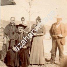 Fotografía antigua: ALBUMINA COSTUMBRISTA, SIGLO XIX, SACERDOTE CON FAMILIA, 75X88MM. Lote 71649735