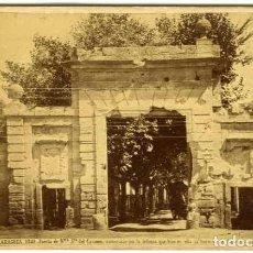 Fotografía antigua: ZARAGOZA. PUERTA DE NTRA. SRA. DEL CARMEN. J. LAURENT Y CÍA 1749. TAMAÑO 13,7X10,2 CM. PEGADA A ..... Lote 76780407