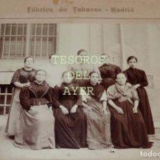 Fotografía antigua: FOTOGRAFIA ALBUMINA DE CIGARRERAS DE LA FABRICA DE TABACOS DE MADRID, SIGLO XIX, AMBULANCIA AMADOR,. Lote 77299317