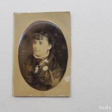 Fotografía antigua: ANTIGUA FOTO SEÑORA CON JOYAS Y BROCHE, OVALADA, SIN FOTOGRAFO. Lote 77664361