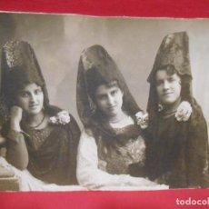 Fotografía antigua: ANTIGUA FOTOGRAFIA SOBRE CARTON DURO EN BLANCO Y NEGRO DE TRES MANOLAS DE SEMANA SANTA.. Lote 77926481