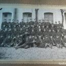 Fotografía antigua: INTERESANTE FOTOGRAFÍA DEL 1ER BATALLÓN DE LA 1ª COMPAÑÍA DEL REGIMIENTO DEL REY - SOBRE CARTÓN -. Lote 80771338