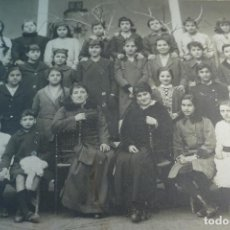 Fotografía antigua: PRECIOSA FOTOGRAFÍA DE GRUPO DE ESCOLARES DE NIÑAS CON LA MAESTRA - AÑO 1916 -NOMBRES DE TODAS ATRAS. Lote 80806127