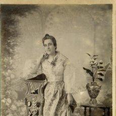 Fotografia antica: FILIPINAS. MANILA. LOTE DE DOS GRANDES FOTOS TAMAÑO BOUDOIR Y CABINET DE LA MISMA DAMA. HACIA 1890.. Lote 81305660