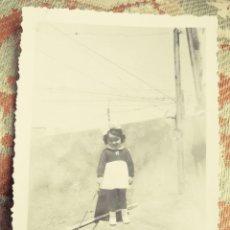 Fotografía antigua: ANTIGUA FOTOGRAFÍA. NIÑA CON EL PERRITO. FOTO AÑOS 30.. Lote 81780840