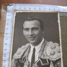 Fotografía antigua: FOTOGRAFIA CON DEDICATORIA TRASERA DE TORERO - FOTO SERRANO - SEVILLA - VER DORSO. Lote 83095672