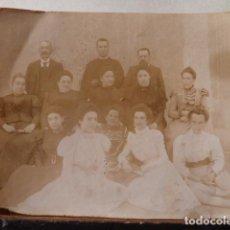 Fotografía antigua: FOTO DE GRUPO FAMILIAR ANTIGUA DE 1800 -PEQUEÑO TAMAÑO. Lote 84282548
