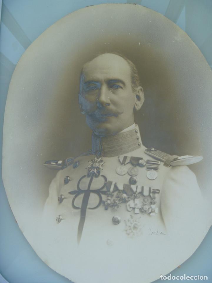IMPRESIONANTE FOTO DE MILITAR DE CABALLERIA CONDECORADO. FIRMADO KAULAK .. 31 X 40 CM (Fotografía Antigua - Albúmina)