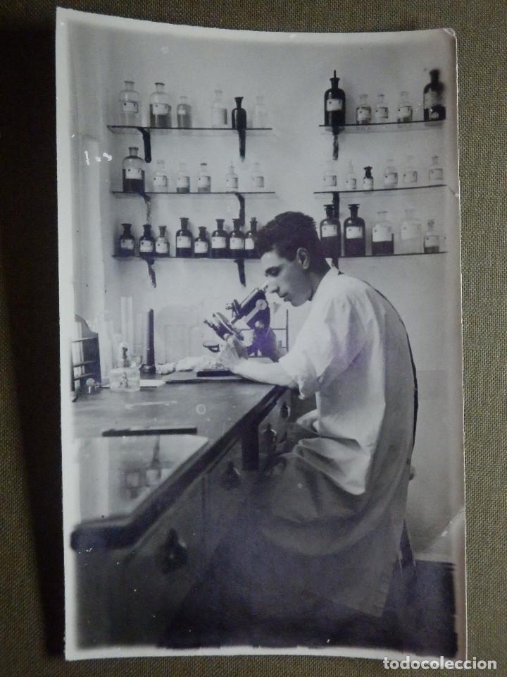 ANTIGUA FOTOGRAFÍA DE LABORATORIO O FARMACIA - MEDICO O FARMACEUTICO AL MICROSCOPIO - 8,5 X 13,5CM (Fotografía Antigua - Albúmina)