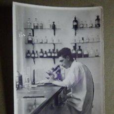 Fotografia antiga: ANTIGUA FOTOGRAFÍA DE LABORATORIO O FARMACIA - MEDICO O FARMACEUTICO AL MICROSCOPIO - 8,5 X 13,5CM. Lote 84614112