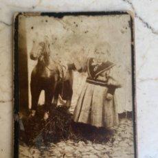 Fotografía antigua: FOTO RETRATO ALBUMINA NIÑA BEBE CON CABALLO JUGUETE PAPEL MACHE S 19 10,3X 6,2 . Lote 88358400