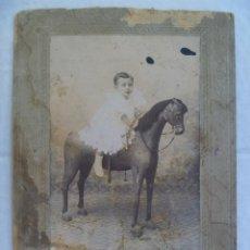 Fotografía antigua: FOTO DE ESTUDIO DE NIÑO EN CABALLO DE CARTON, SIGLO XIX .. 15 X 20 CM. Lote 90373856