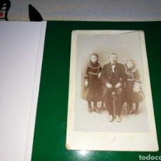 Fotografía antigua: ANTIGUA FOTOGRAFÍA, FINALES SIGLO XIX. PADRE Y DOS HIJAS. Lote 91820287