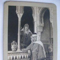 Fotografía antigua: ESPECTACULAR FOTO DE PAREJA VESTIDA DE MORO EN LA ALHAMBRA. DE LINARES , GRANADA .. 17,50 X 25 CM. Lote 92391465