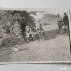 Fotografía antigua: ANTIGUA FOTOGRAFÍA- 6 X 8.4 CM. SOLDADOS.-SIN MÁS DATOS. Lote 96024071