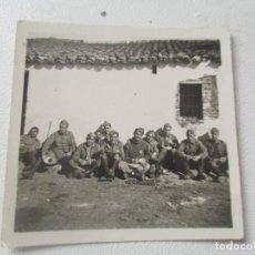 Fotografía antigua: ANTIGUA FOTOGRAFÍA- 5.5 X 5.5 CM. SOLDADOS.-SIN MÁS DATOS. Lote 96024159