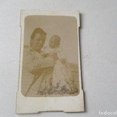 Fotografía antigua: ANTIGUA FOTOGRAFÍA- 10 X 6 CM. SEÑORA CON BEBÉ.-SIN MÁS DATOS- . Lote 96024307