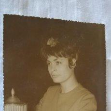 Fotografía antigua: 46-FOTO ANTIGUA, SEÑORITA CON TROFEO, 1962. Lote 96079039