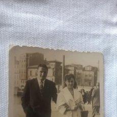 Fotografía antigua: 52-FOTO ANTIGUA TROQUELADA, PAREJA, MUELLE DE GIJON, AÑOS 50. Lote 96153311