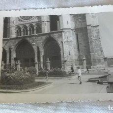 Fotografía antigua: 45-FOTO TROQUELADA, ENTRADA CATEDRAL DE LEON, AÑOS 60. Lote 96188707
