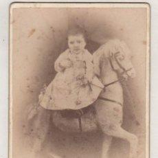 Fotografía antigua: CURIOSA FOTOGRAFÍA DE NIÑO EN CABALLO. CÓRDOBA. PEDRO DE SABARIS. 16,50 X 10,50 CM. Lote 97722283