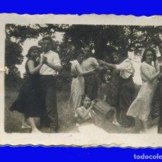 Fotografia antiga: ANTIGUA FOTOGRAFÍA GRUPO BAILANDO EN EL CAMPO . Lote 98091811