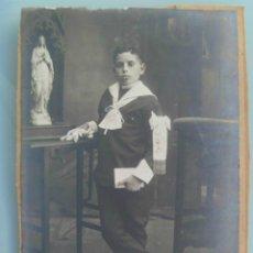 Fotografía antigua: FOTO DE ESTUDIO DE NIÑO DE PRIMERA COMUNION E IMAGEN ... 10 X 14 CM. Lote 100447075