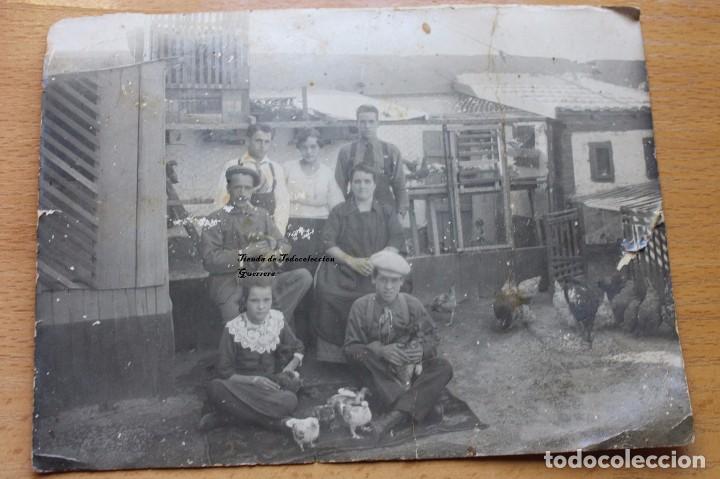 Fotografía antigua: ANTIGUA FOTOGRAFIA FAMILIA DE GRANJEROS PALOMAS Y GALLINAS AÑOS 30 CARTAGENA MURCIA - Foto 2 - 101142831