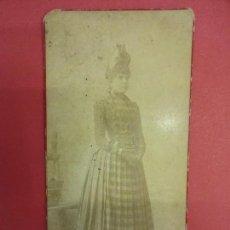Fotografía antigua: ELEGANTE DAMA. FOTO ALBÚMINA 18 X 8 CTMS. ESTUDIO TORRES. TARRAGONA. CIRCA 1880. Lote 103622291