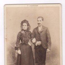 Fotografía antigua: RETRATO CABIENT DE MATRIMONIO, FOTO LAUREANO, BARCELONA . 11 X 16 CM.. Lote 107909871