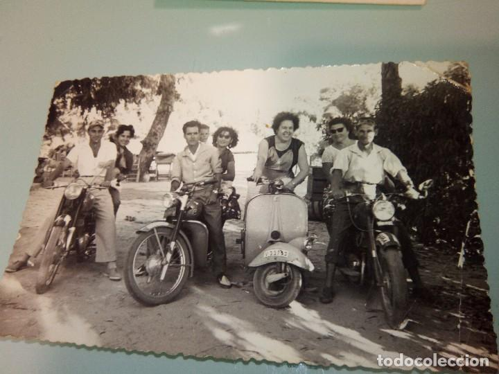 Foto Vespa Y Otras Motos Antiguas Anos 70 Comprar Fotografia