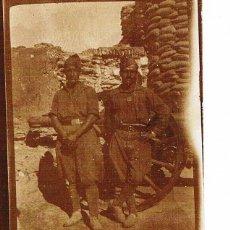 Fotografía antigua: GUERRA CIVIL. DOS SOLDADOS EN TRICHERAS CON CAÑON.. Lote 108371083