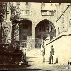 Fotografía antigua: BARCELONA. ANTIGUA FUENTE EN LA PLAZA DEL REY (1853) DÉCADA DE 1890 POR VIAJERO FRANCÉS.. Lote 109284259