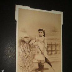 Fotografía antigua: MADRID RETRATO DE NIÑA CON QUITASOL FOTOGRAFIA LA NACIONAL DE JESUS CABALLERO HACIA 1890 . Lote 109931759