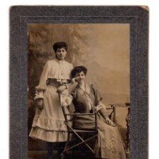Fotografía antigua: FOTO CABINET DOS MUJES - ESTUDIO FOTOGRÁFICO J. PEINADO. GIJON 1906. Lote 110143335